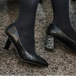 Melnas kurpes uz papēža akmentiņi, papēdis 6,5cm