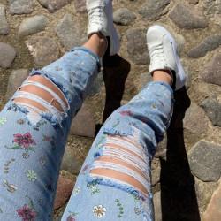 Puķainas džinsas ar plēsumiem