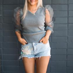 Pelēks džemperis ar caurspīdīgām rociñām