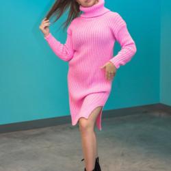 Spilgti rozā adīta kleita