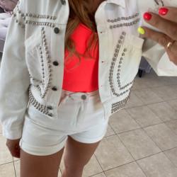 Balta džinsa jaka ar spykiem