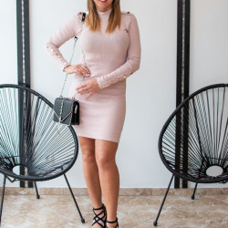 Rozā kleita uz augumu ar podziņām