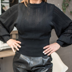 Melns džemperis ar platām rokām