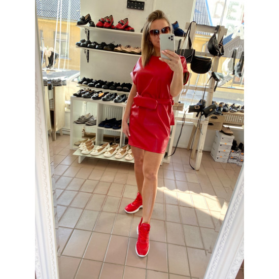 Sarkana ādas kleitiña ar gurnu somiñu