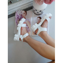 Baltas sandales