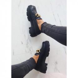 Melnas kurpes ar ķēdīti