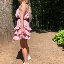 Pūderrozā volānu kleita