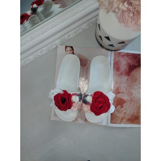 Baltas iešļūcenes ar ziediem