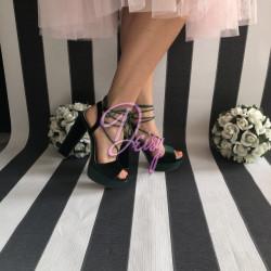 Zaļas zamša kurpes uz papēdi