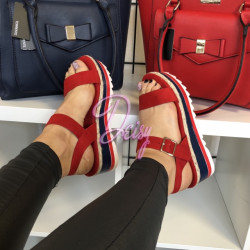 Sarkanas platformas kurpes
