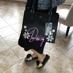 Melna soma ar ziediem