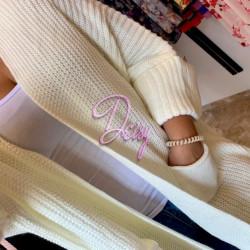 Balta adīta jaka ar lielām piedurknēm